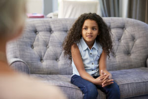 young-girl-having-therapy-with-a-child-psychologis-4Y28NMX-300x200 Niños